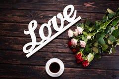 Amour et roses d'inscription sur le bois Photographie stock libre de droits