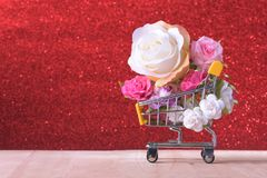 Amour et roses heureuses de jour de valentines colorés dans le caddie Photos stock