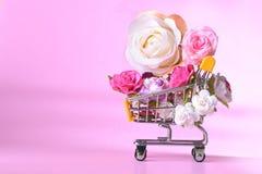 Amour et roses heureuses de jour de valentines colorés dans le caddie Images libres de droits