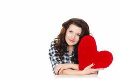 Amour et Saint-Valentin, une femme tenant un coeur rouge. Belle femme de brune dans l'amour. Photos libres de droits