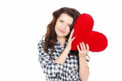 Amour et Saint-Valentin, une femme tenant un coeur rouge. Belle femme de brune dans l'amour. Images libres de droits