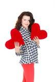 Amour et Saint-Valentin, une femme tenant un coeur rouge. Belle femme de brune dans l'amour. Image stock