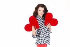 Amour et Saint-Valentin, une femme tenant un coeur rouge. Belle femme de brune dans l'amour. Photographie stock libre de droits