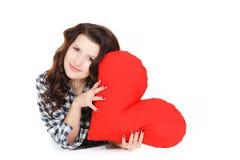 Amour et Saint-Valentin, une femme tenant un coeur rouge. Belle femme de brune dans l'amour. Images stock