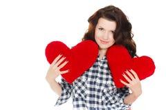 Amour et Saint-Valentin, une femme tenant un coeur rouge. Belle femme de brune dans l'amour. Photo stock