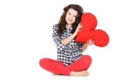 Amour et Saint-Valentin, une femme tenant un coeur rouge. Belle femme de brune dans l'amour. Photographie stock