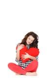 Amour et Saint-Valentin, une femme tenant un coeur rouge. Belle femme de brune dans l'amour. Photo libre de droits
