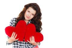 Amour et Saint-Valentin, une femme tenant un coeur rouge. Belle femme de brune dans l'amour. Image libre de droits