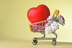 Amour et symbole de rose de jour du ` s de Valentine coloré et rouge heureux de coeur dans le caddie Images stock