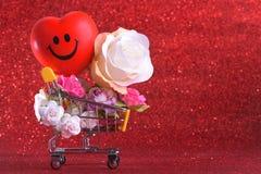 Amour et symbole de rose de jour de valentines coloré et rouge heureux de coeur dans le caddie Photographie stock libre de droits