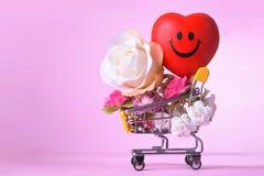 Amour et symbole de rose de jour de valentines coloré et rouge heureux de coeur dans le caddie Photos libres de droits