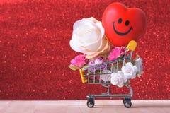 Amour et symbole de rose de jour de valentines coloré et rouge heureux de coeur dans le caddie Image libre de droits