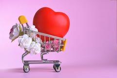 Amour et symbole de rose de jour de valentines coloré et rouge heureux de coeur dans le caddie Photos stock
