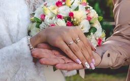 Amour et tendresse Main du ` s de jeune mariée avec l'anneau de mariage Image stock