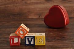 Amour et un bidon de forme de coeur Photo libre de droits