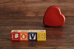Amour et un bidon de forme de coeur Photos stock