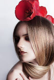Amour. Fille caucasienne mignonne avec des fleurs Photographie stock libre de droits