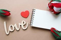 Amour, fleurs et carnet avec l'espace de copie Images stock