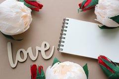 Amour, fleurs et carnet avec l'espace de copie Photo libre de droits