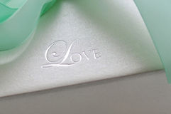 Amour gravant en relief sur le cadre de cadeau Photographie stock libre de droits