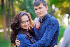 amour heureux de couples de fond au-dessus de blanc de sourire Images libres de droits