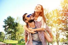 amour heureux de couples de fond au-dessus de blanc de sourire Photographie stock