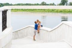 amour heureux de couples de fond au-dessus de blanc de sourire Portrait d'été Image stock