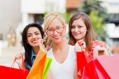 Amour heureux de femmes faisant des emplettes ensemble Image libre de droits