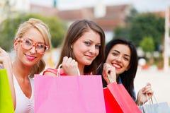 Amour heureux de femmes faisant des emplettes ensemble Photo stock