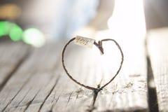 Amour - inscription et coeur, carte de valentines Photographie stock libre de droits