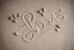 Amour inscrit sur le sable Photos stock