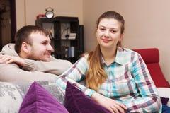 Amour Jeune famille à la maison Image libre de droits