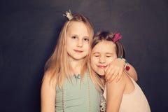 Amour - jeunes filles d'ado de soeurs Images stock