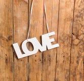 Amour Les lettres en bois formant le mot AIMENT écrit sur le fond en bois Images libres de droits