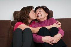 Amour - mère et descendant à la maison Image libre de droits
