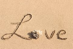 Amour manuscrit sur la plage tropicale Photographie stock libre de droits
