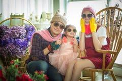 Amour, mariage, été, datation et concept de personnes - coupl de sourire Images stock
