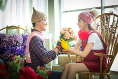 Amour, mariage, été, datation et concept de personnes - coupl de sourire Image libre de droits