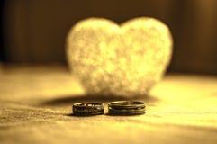 Amour, mariage et concept de jour de ` s de Valentine Beaux anneaux de mariage d'or et foyer sélectif de coeur en verre Utile com Image libre de droits