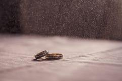 Amour, mariage et concept de jour de ` s de Valentine Beaux anneaux de mariage d'or et foyer sélectif de coeur en verre Utile com Images stock