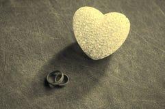 Amour, mariage et concept de jour de ` s de Valentine Beaux anneaux de mariage d'or et foyer sélectif de coeur en verre Utile com Images libres de droits