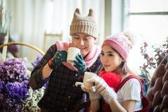 Amour, mariage, hiver, datation et concept de personnes - coupl de sourire Images stock