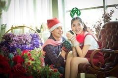 Amour, mariage, hiver, datation et concept de personnes - coupl de sourire Photo libre de droits