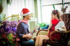 Amour, mariage, hiver, datation et concept de personnes - coupl de sourire Image libre de droits