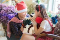 Amour, mariage, hiver, datation et concept de personnes - coupl de sourire Photographie stock libre de droits