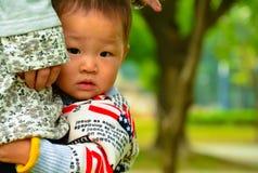 Amour maternel d'aider des enfants à surmonter la crainte du bébé Photo libre de droits