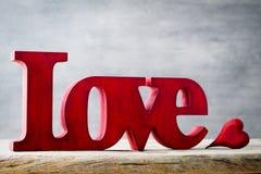 Amour Message de l'amour avec les lettres en bois rouges Photographie stock