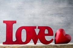 Amour Message de l'amour avec les lettres en bois rouges Image stock