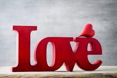 Amour Message de l'amour avec les lettres en bois rouges Images stock