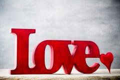 Amour Message de l'amour avec les lettres en bois rouges Photos stock